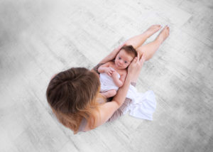 Foto Neugeborenen Kind mit Mama